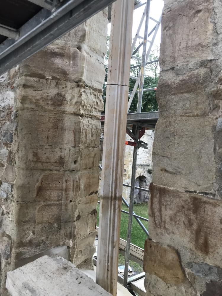 Die neue Sandsteinmittelsäule am westlichen Fenster, von außen