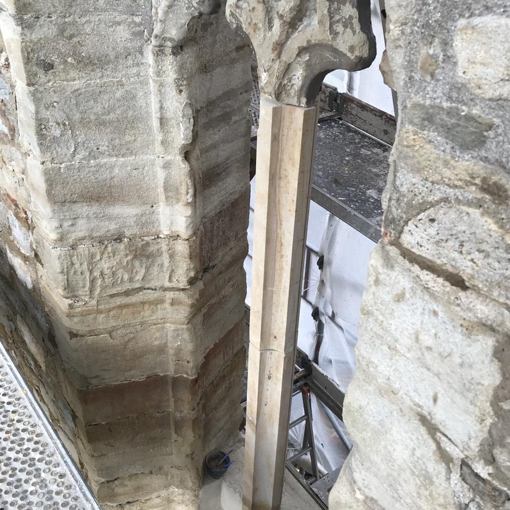 Die neue Sandsteinmittelsäule am westlichen Fenster, von innen