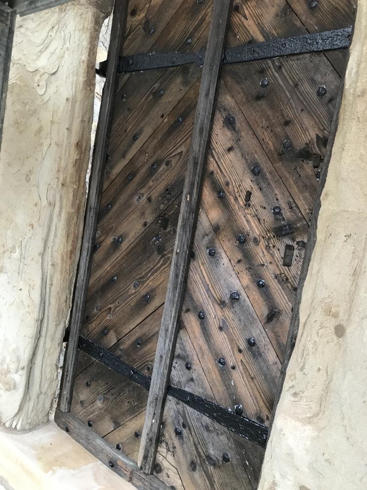 Die restaurierte Obere Eingangstür - Außenansicht
